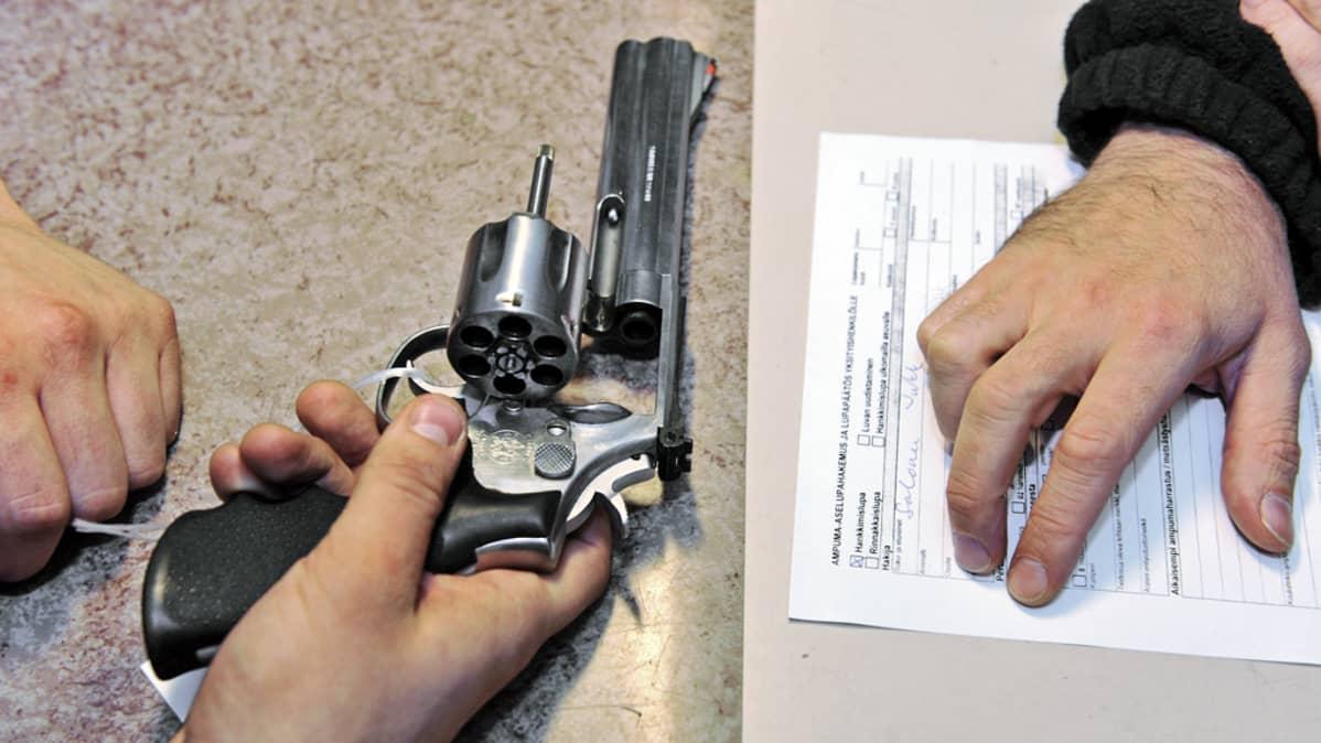 Ampuma-ase ja lupahakemus.