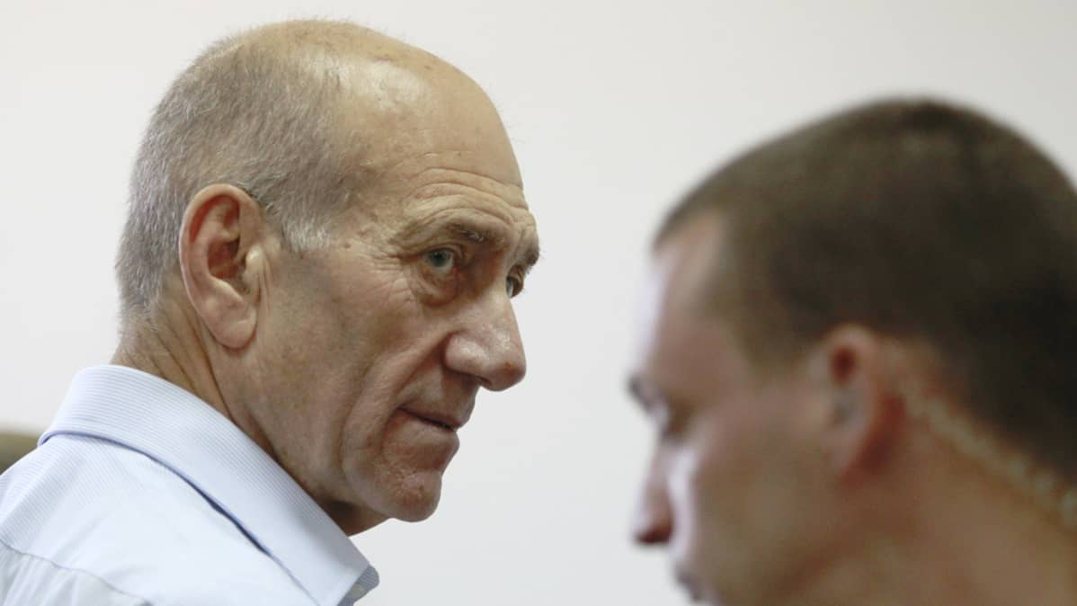 Israelin entinen pääministeri Ehud Olmert (vas).