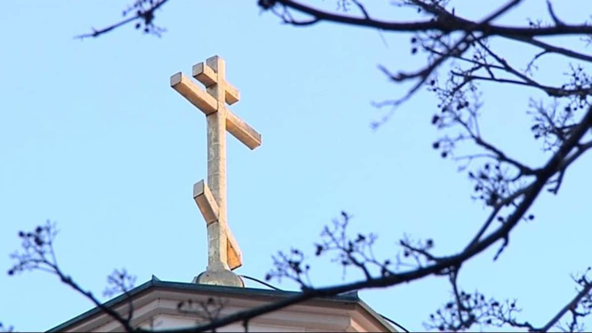 Risti ortodoksisen kirkon katolla.