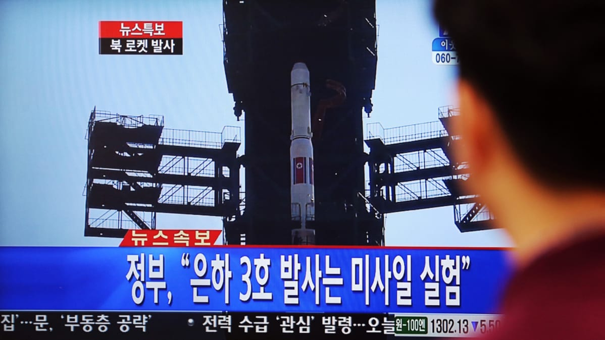 Eteläkorealainen katsoo Pohjois-Korean raketinlaukaisua käsittelevää uutista Soulissa 12. joulukuuta 2012.