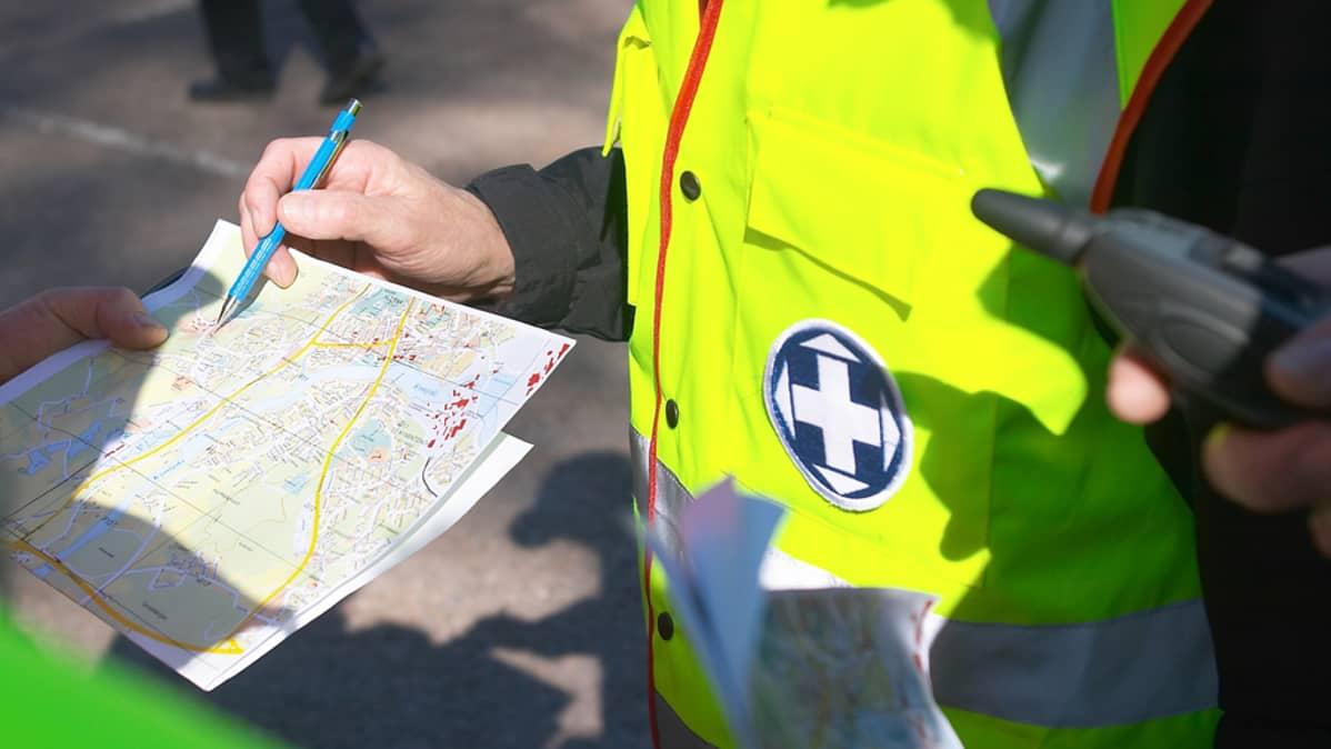 Vapepan etsintäharjoitus - kuvassa tutkitaan karttaa.