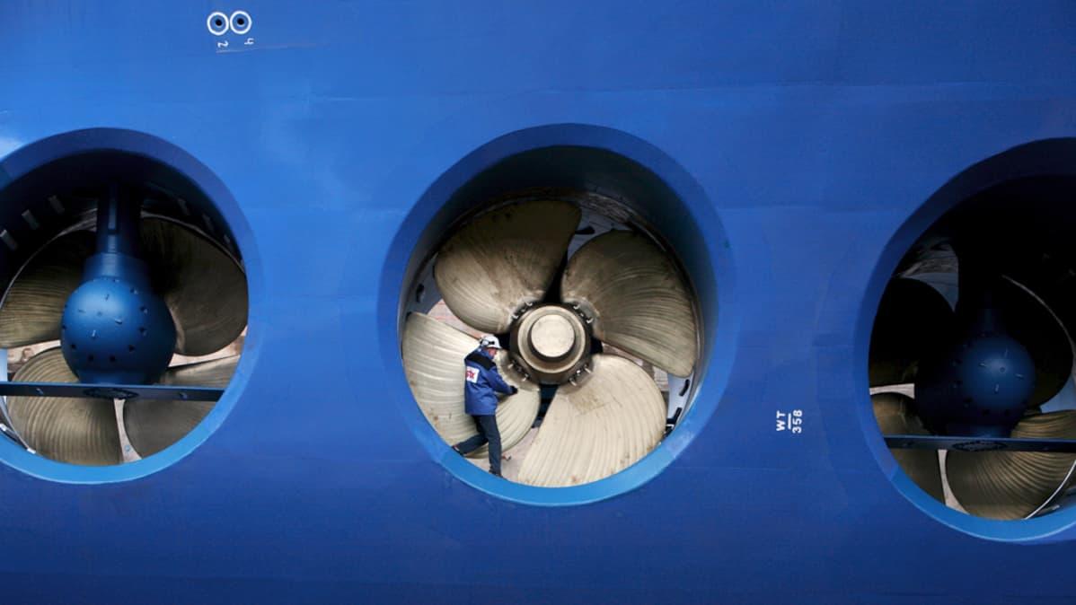 STX:n työntekijä tutki risteilijäaluksen potkureita.