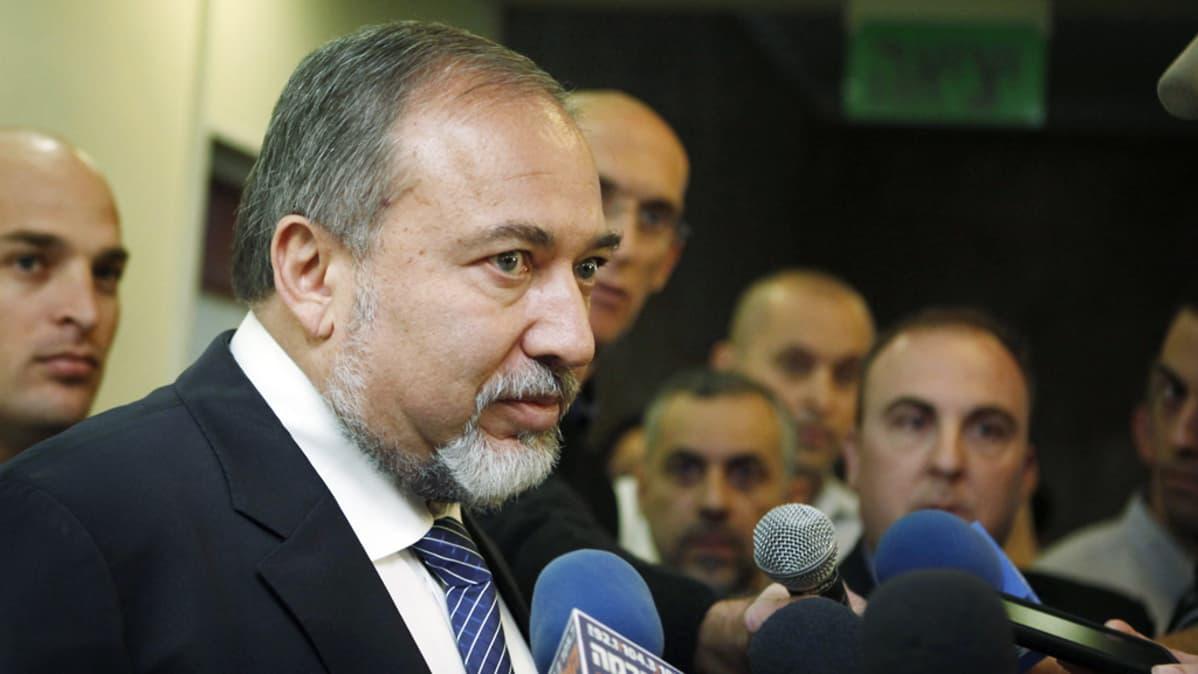 Avigdor Lieberman toimittajien ympäröimänä.