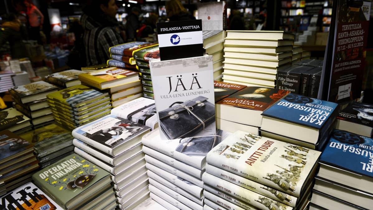 Lundbergin kirja ja muita kirjoja kaupan pinossa.
