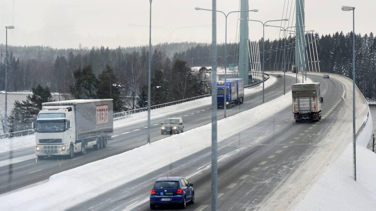Liikennettä Tähtisalmen sillalla Heinolassa tiistaina 18. joulukuuta 2012.