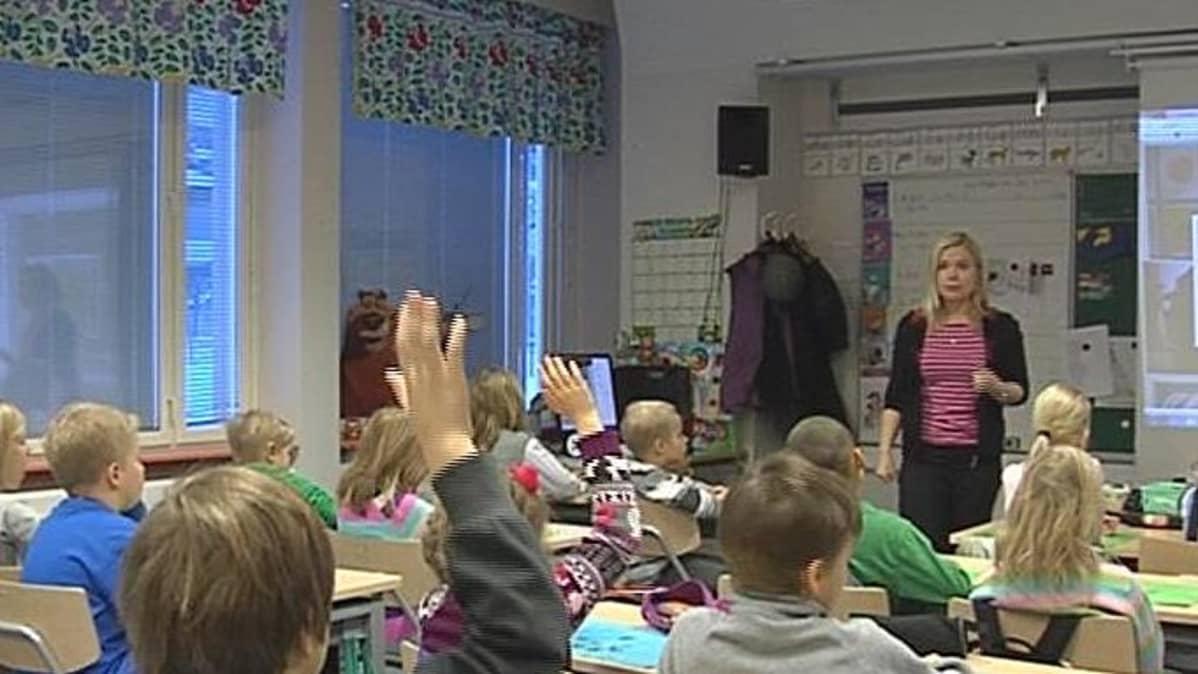 Lapsia Itä-Suomen koulun venäjän tunnilla