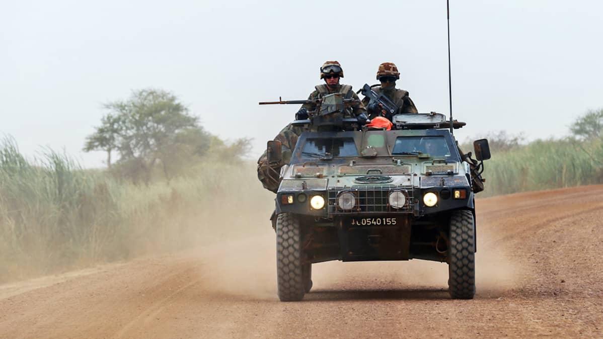 Ranskalaissotilaita ajoneuvossa.