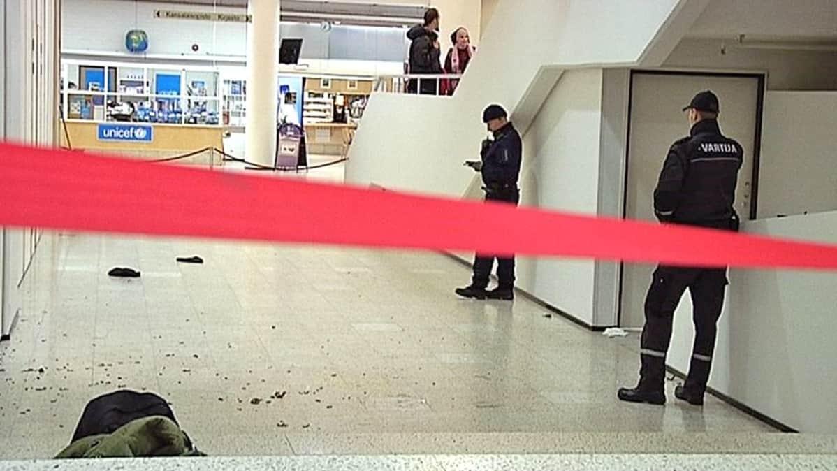 Kahakanjälkeisiä sirpaleita käytävän lattialla