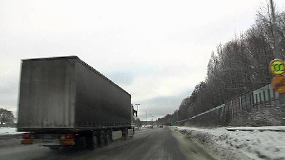 Hämeenlinnan Tampere moottoritiellä rekka puskee vauhdilla