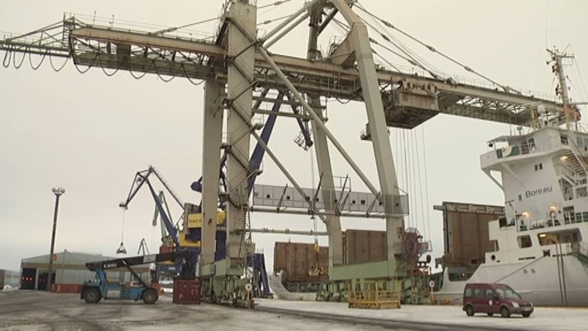 Laivan lastausta Porin satamassa.