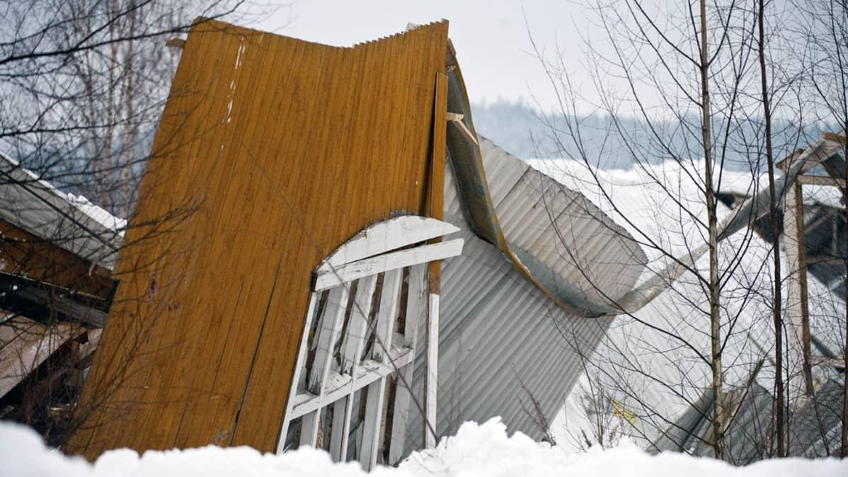 Ratsastuskoulun maneesin romahtanut katto ja rakenteet Laukaassa.