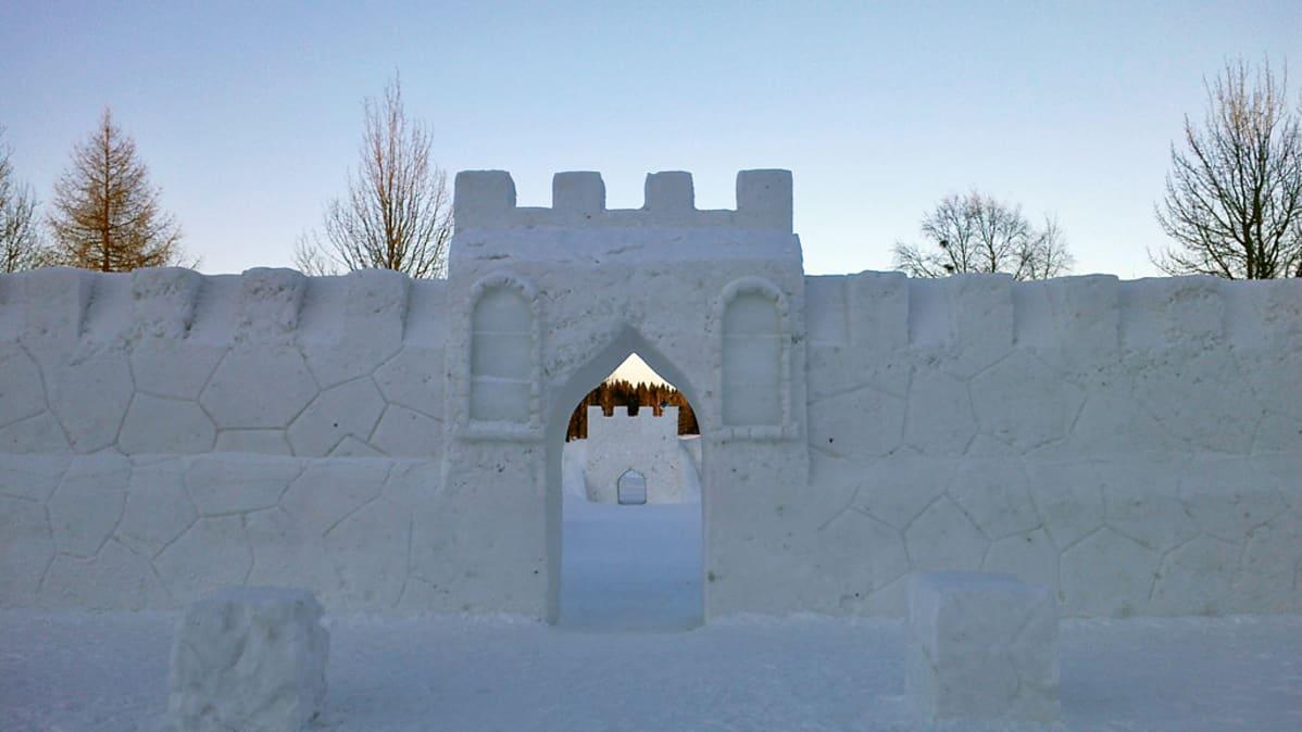 Kajaanin lumimiilun lumesta rakennettu portti ja muuri.