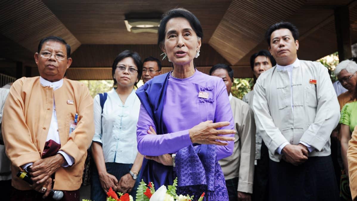 Oppositiojohtaja Aung San Suu Kyi puhuu tiedotusvälineille.