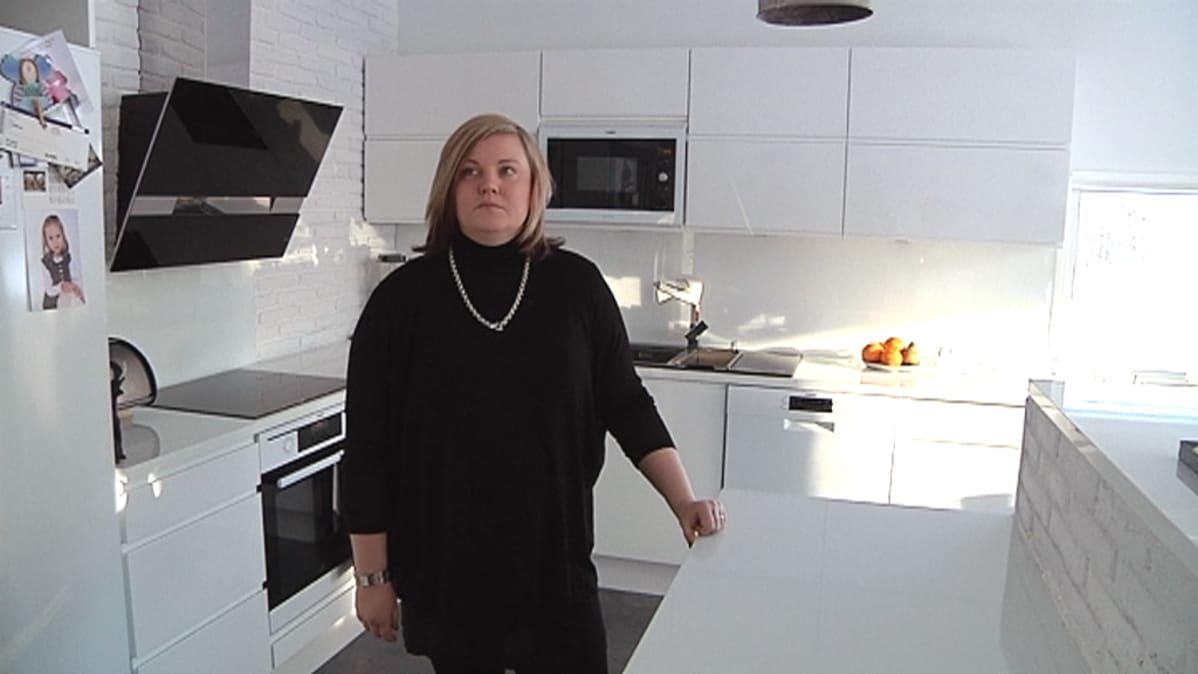 Anu Hauta-aho uuden talon keittiössä.
