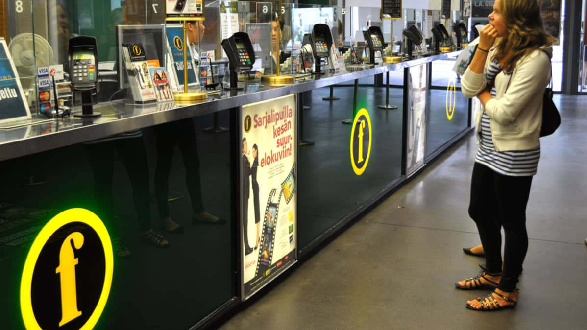 Asiakkaita Tennispalatsin elokuvateatterin lipunmyyntitiskillä.