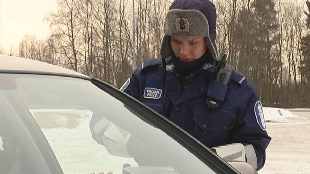Poliisi puhuu kuljettajan kanssa.
