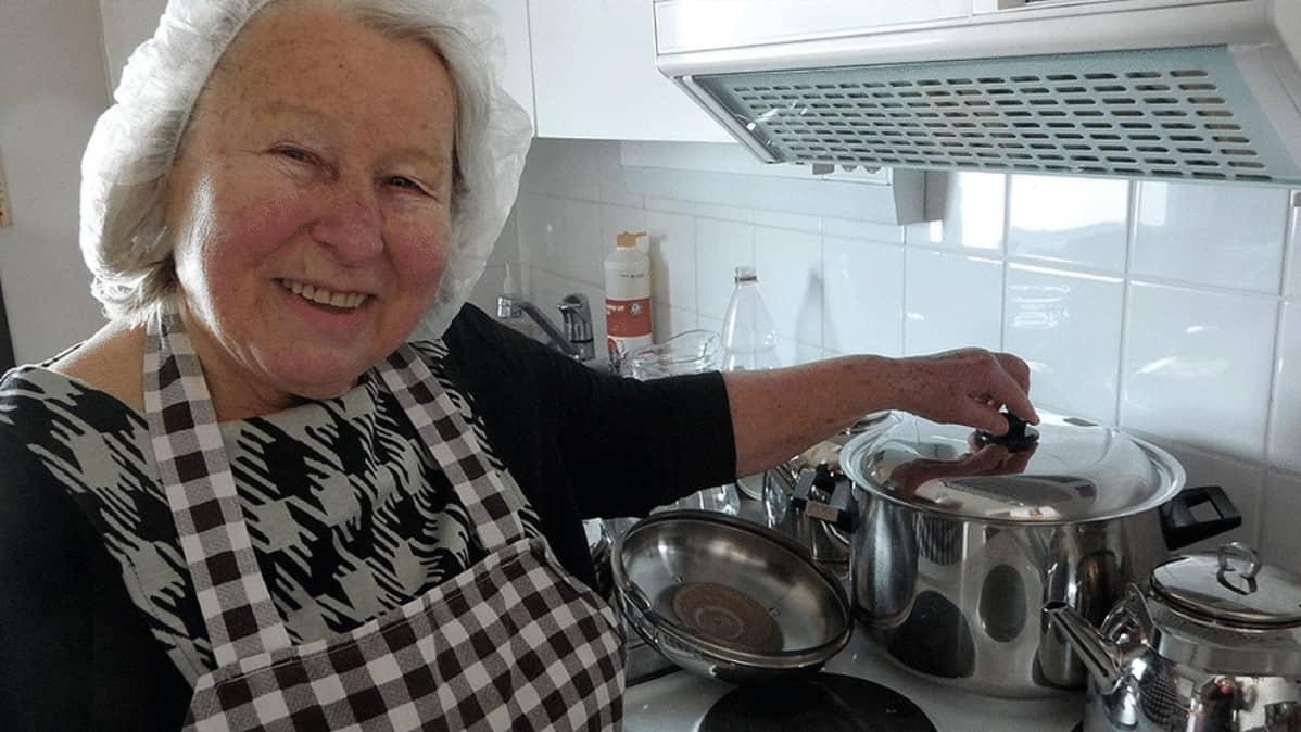 Eeva Sakaranaho Seuralan keittiössä