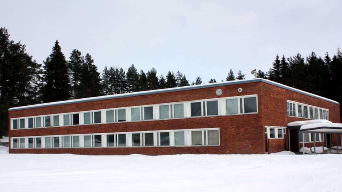 Kaavin yläkoulu talvisessa maisemassa.