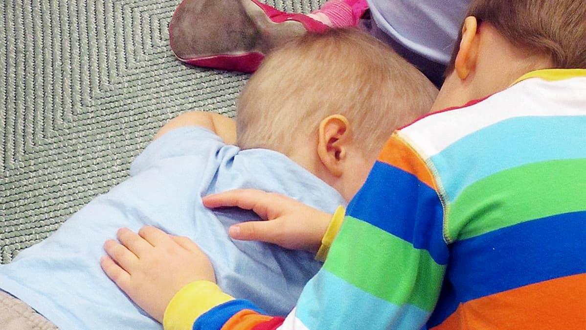 Lapsi satuhieroo toista lasta.