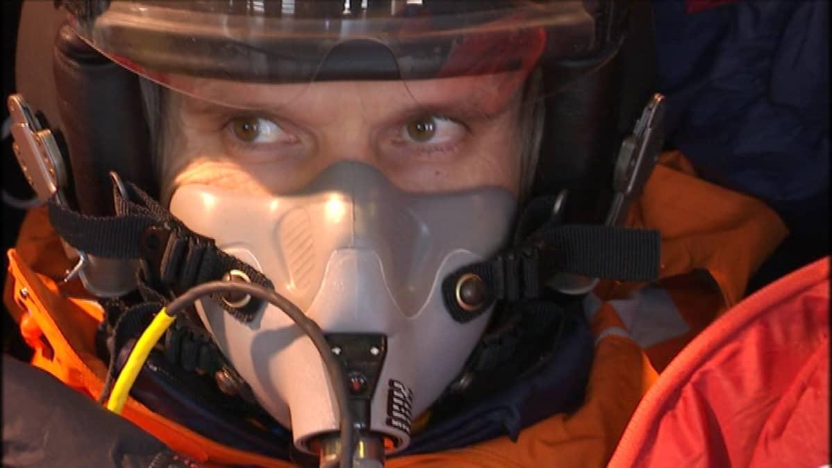 Lähikuva laskuvarjohyppääjä Timo Toivosesta.