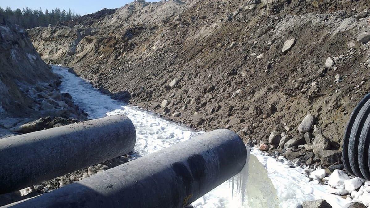 Etelään lähtevä purkuputki Talvivaaran kaivoksella.