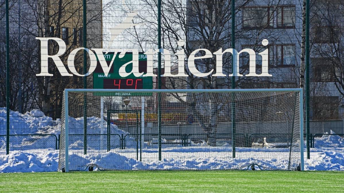 Arkistokuvaa. Tällä hetkellä Rovaniemen keskuskenttä on lumen peitossa, ja RoPS joutuu pelaamaan kotipelinsä muualla.