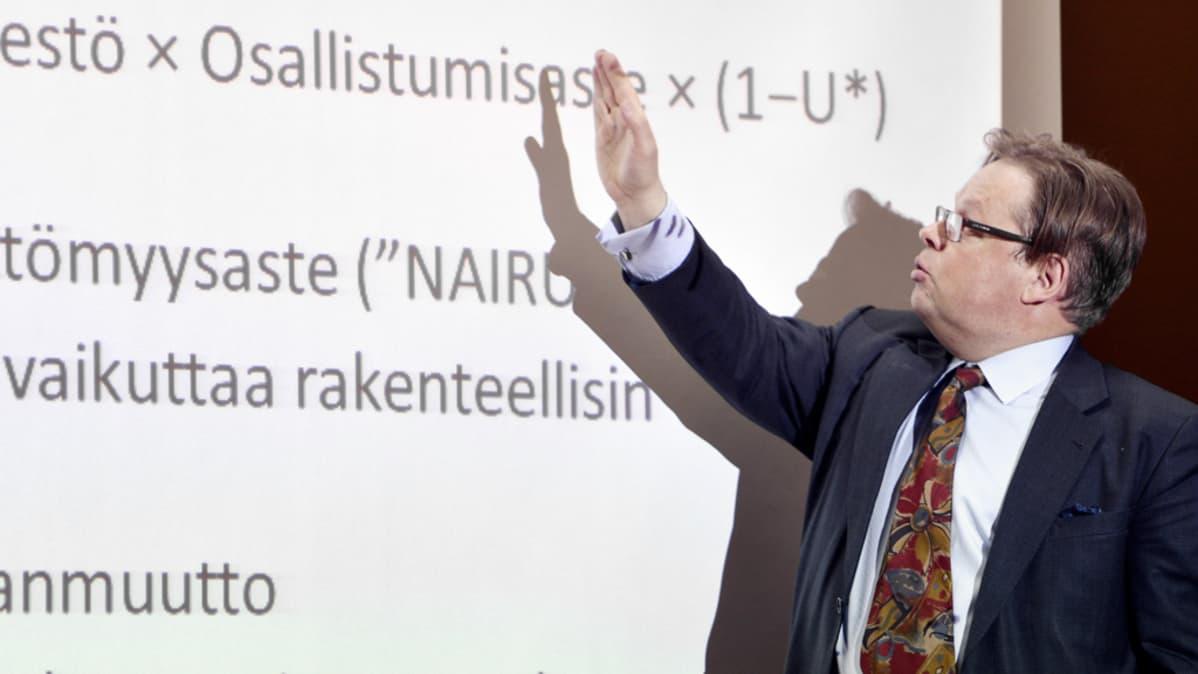 Juhana Vartiainen kirjansa  julkaisutilaisuudessa Helsingissä