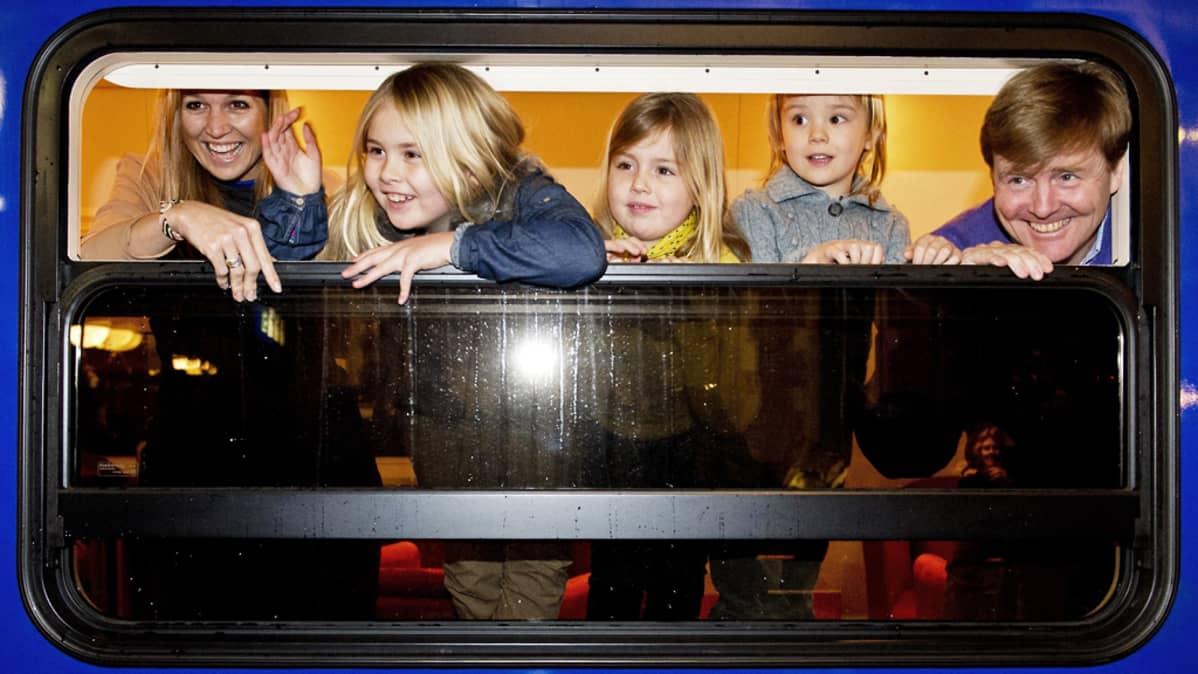 Hollannin tuleva kuningasperhe junan ikkunassa.
