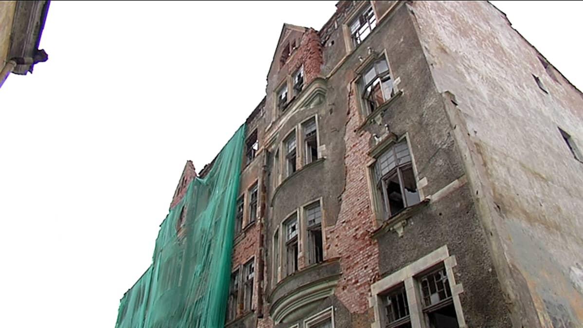 Huonokuntoinen vanha rakennus Viipurissa.