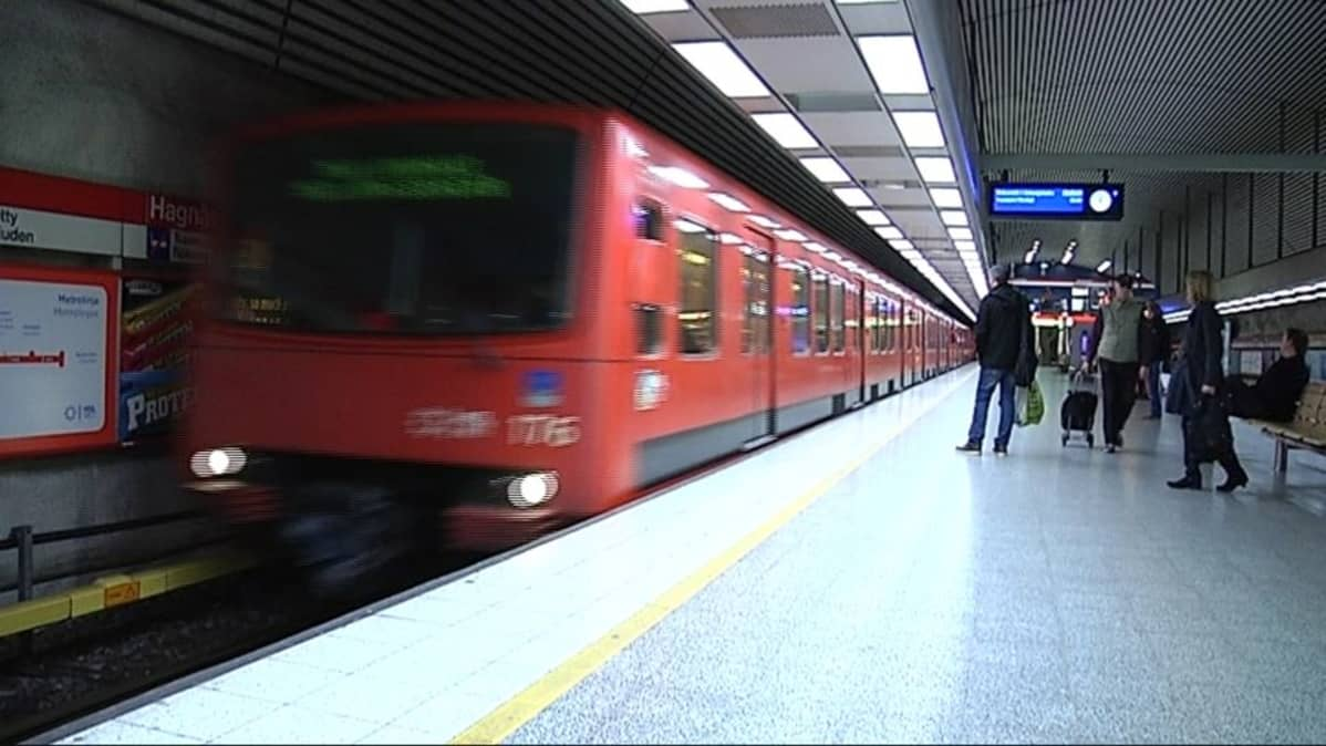 Matkustajia Hakaniemen metroasemalla.
