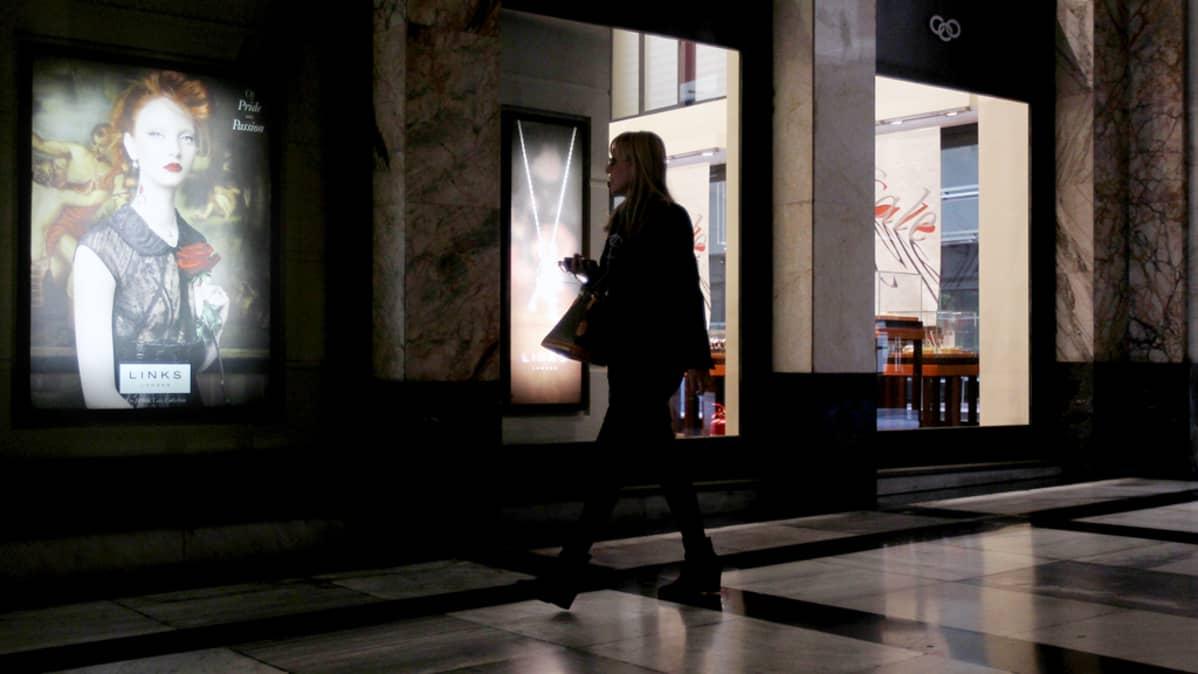 Nainen kävelee jalokiviliikkeen ohitse Ateenassa.