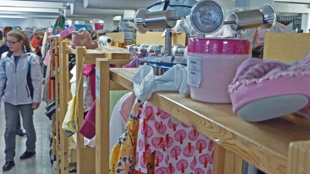 Itsepalvelukirpputorilla ihmiset katselevat myynnissä olevia tavaroita.