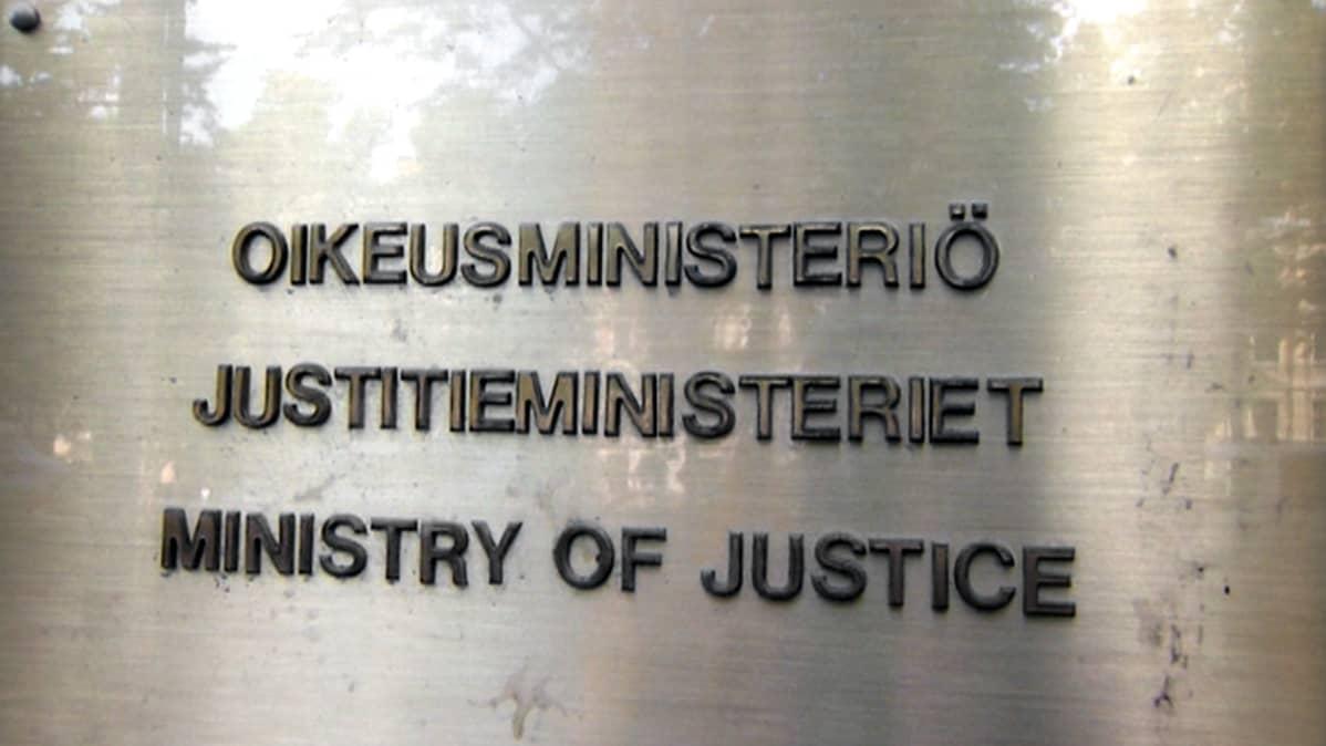 Oikeusministeriön kyltti Helsingissä.