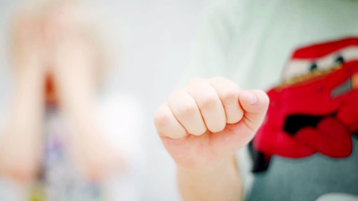 Lapsen käsi nyrkissä.