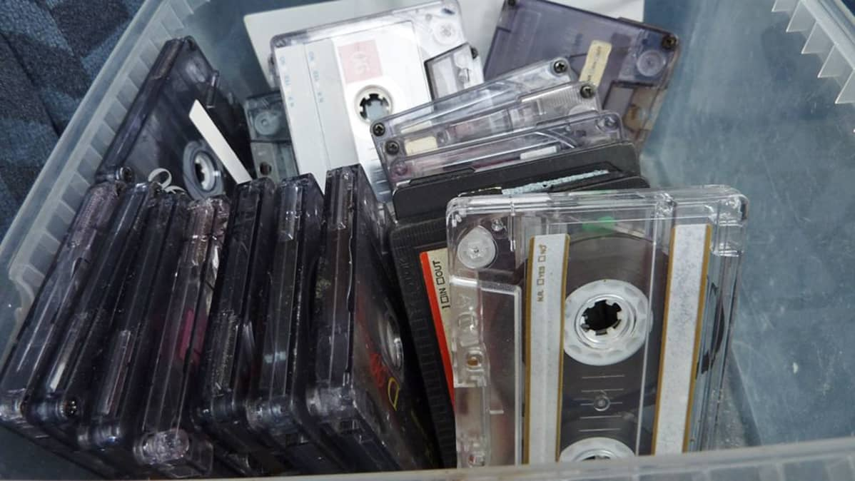 C-kasetteja muovirasiassa