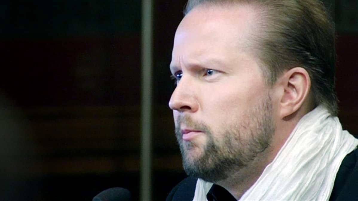 Pekka Himanen esittelemässä tulevaisuustutkimustaan Säätytalolla.