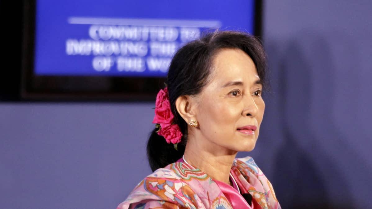Myanmarin oppositiojohtaja Aung San Suu Kyi pitää puhetta Naypyidawissa 6. kesäkuuta 2013.