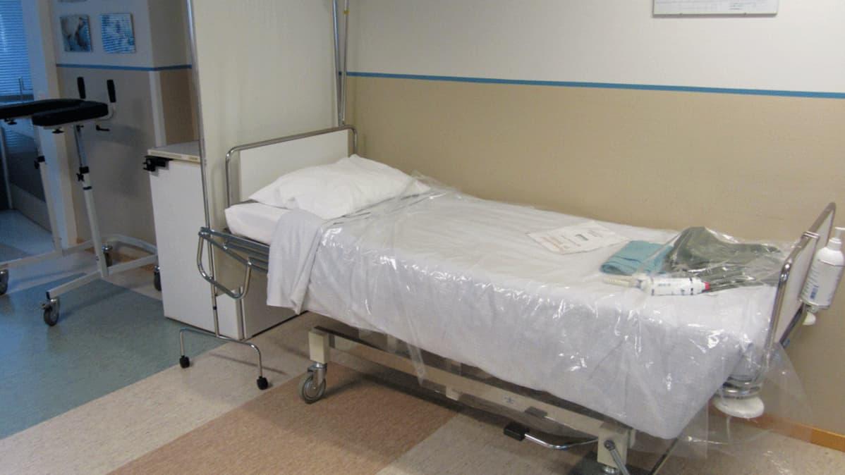 Sairaalasänky käytävällä.