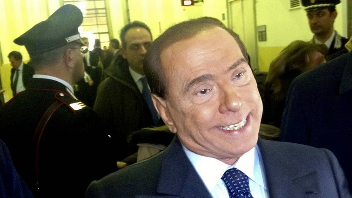 Silvio Berlusconi puhuu toimittajille milanolaisen oikeusistuimen aulassa veropetosoikeudenkäyntinsä aikana.