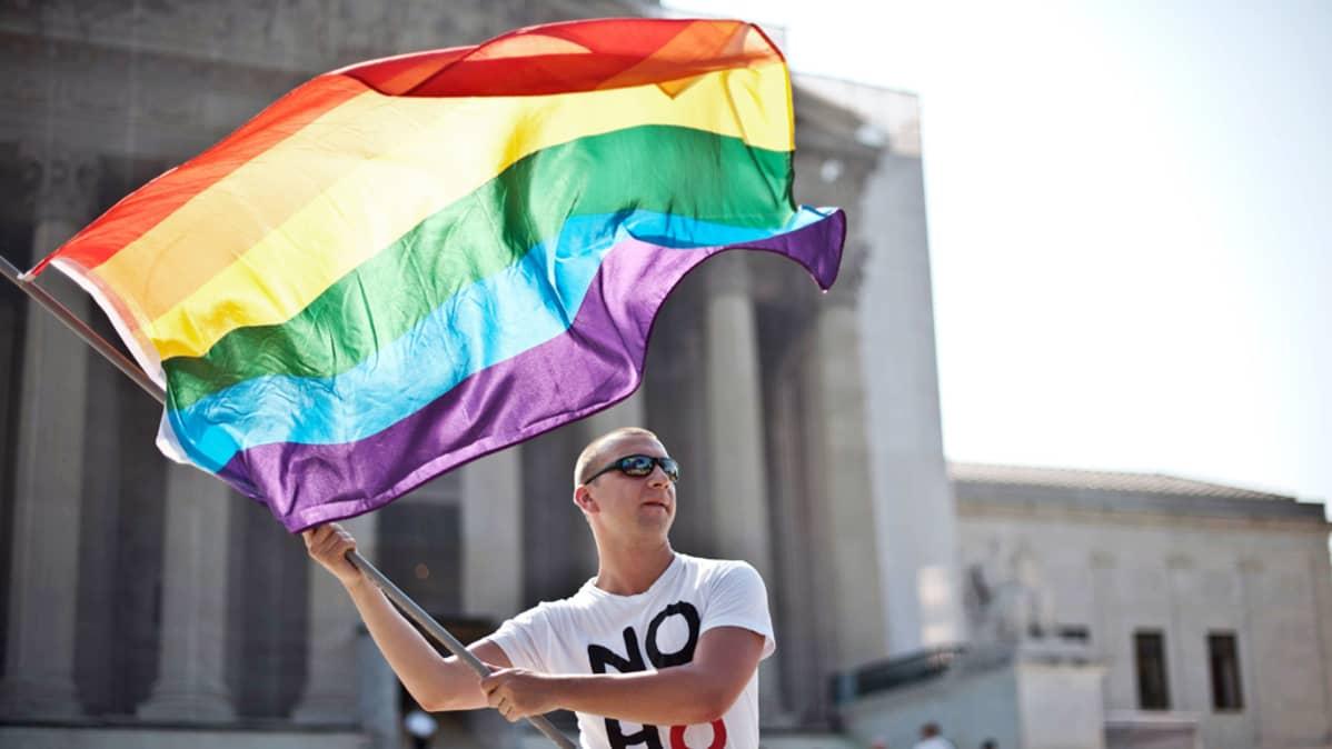 Homoaktivisti osoittaa mieltään Yhdysvaltain korkeimman oikeuden edustalla Washingtonissa.