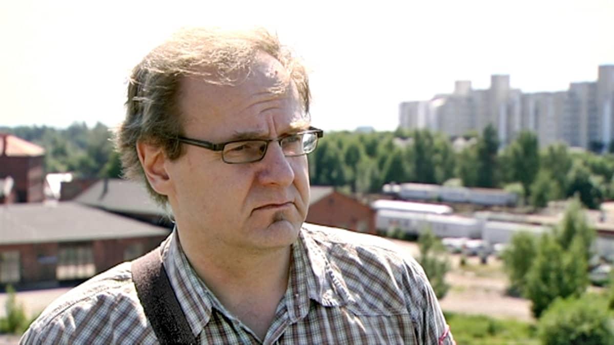 Petri Kuljuntausta haastateltavana lähellä Pasilan rautatieasemaa Helsingissä.