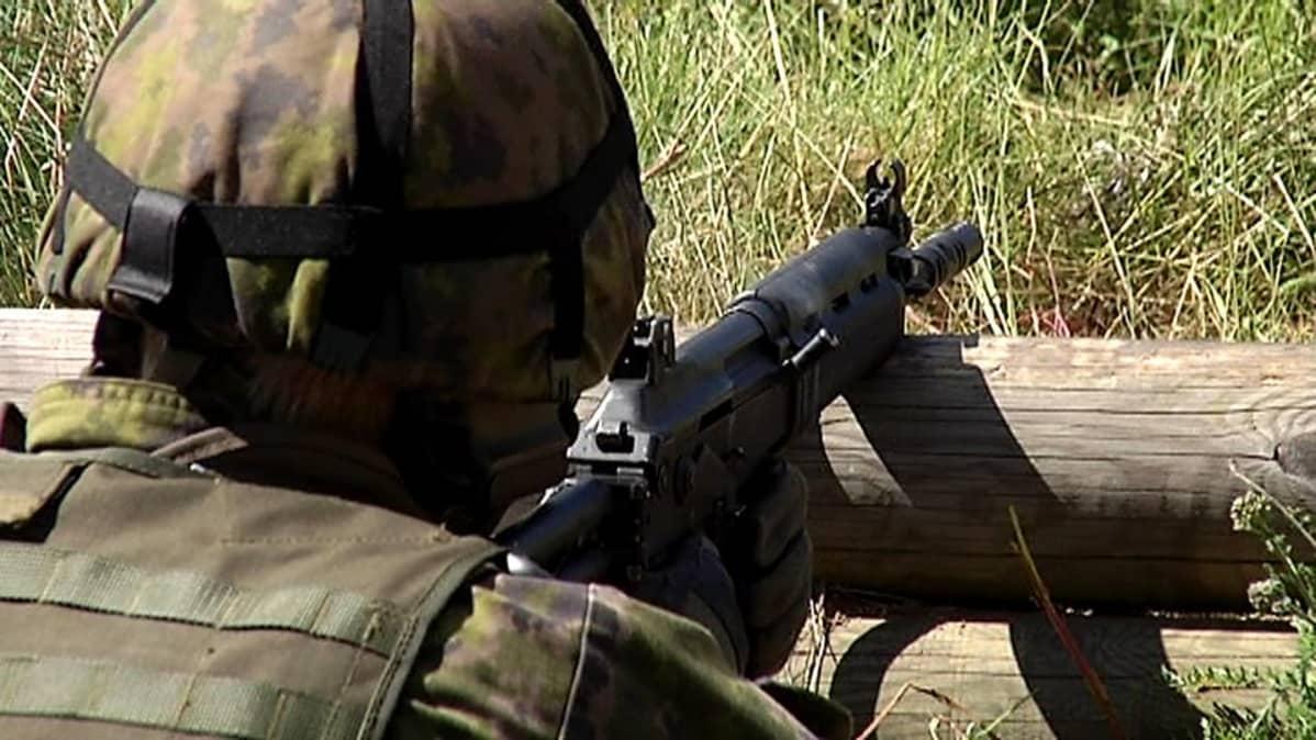 Kadetti ampuu rynnäkkökiväärillä Taipalsaaren ampuma-alueella.