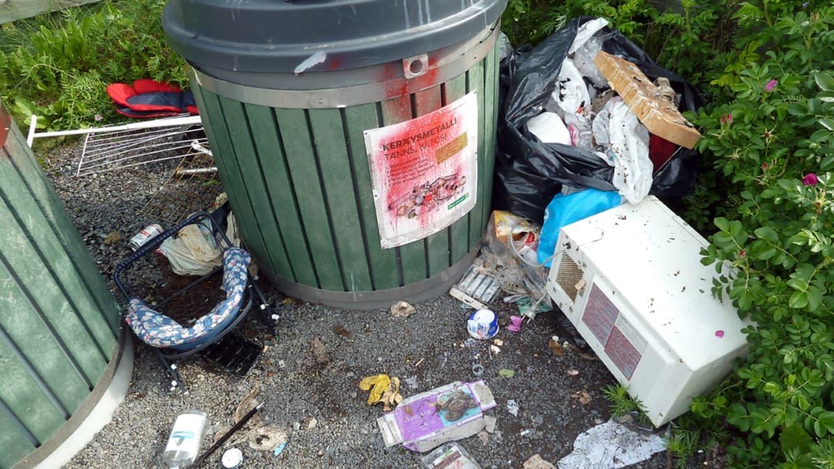 Sotkuinen jätteenkeräyspiste Oulun Pateniemessä