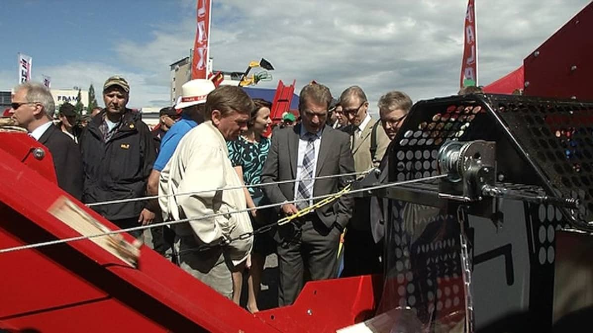 Presidentti Sauli Niinistö ja Jenni Haukio yleisön joukossa Farmari-maatalousnäyttelyssä.