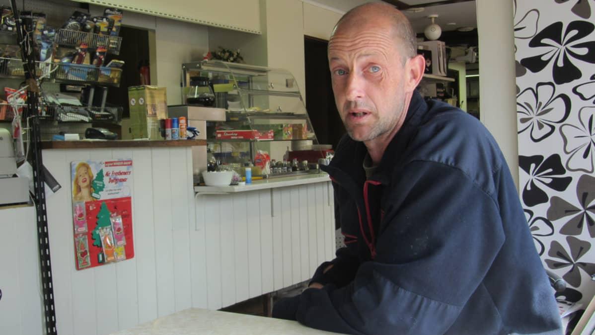 Kuvassa Kari Lehtikangas istumassa kahvilassa