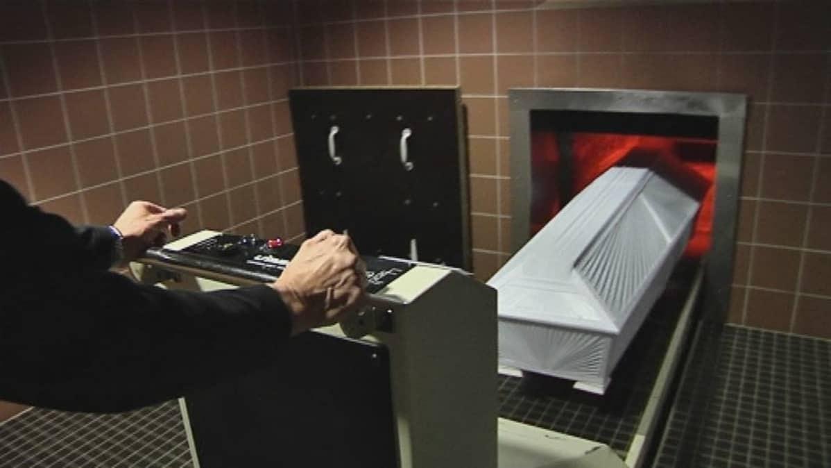Hauta-arkku siirretään polttouuniin.