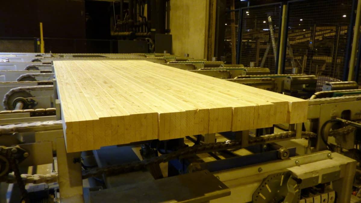 Liimapuupalkkeja Keitele Forest -tehtaalla.