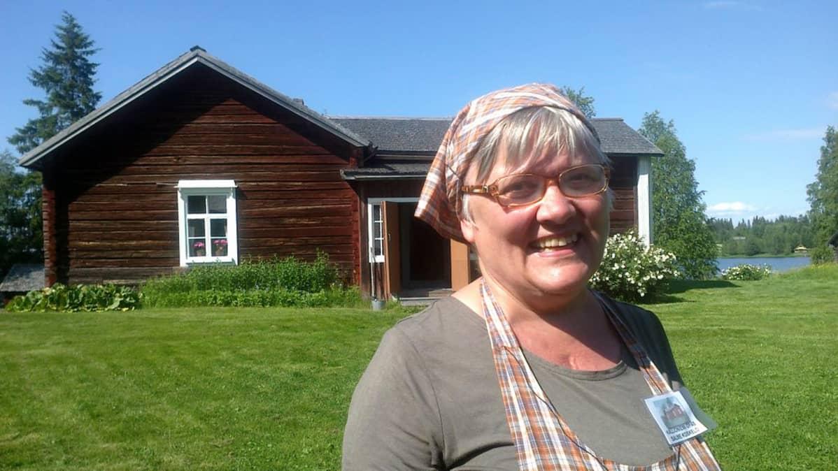 Salme Koskelo opastaa Kalle Päätalon lapsuuskodissa