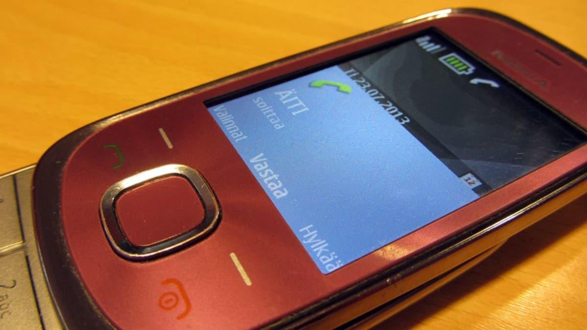 Lähikuvassa Nokian kännykkä, johon soittaa äiti.
