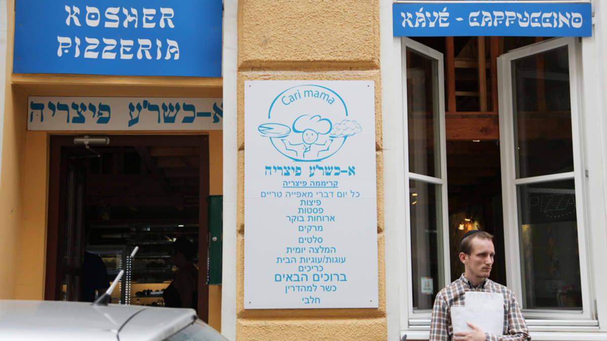 Bet Shalom- yhteisö kokoontuu synagogassa Budapestissa.
